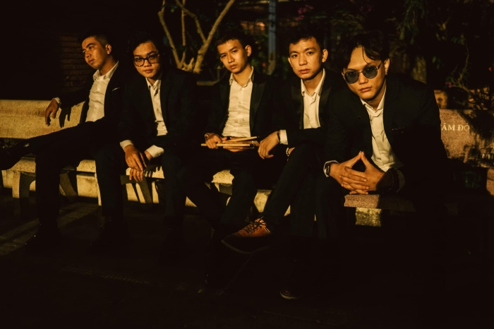 Album Qua Khung Cửa Sổ - Chillies